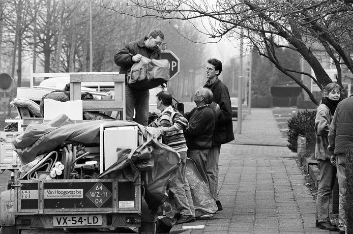 Culemborgers laden huisraad op een aanhanger om mee te nemen tijdens de evacuatie vanwege hoogwater in januari 1995.