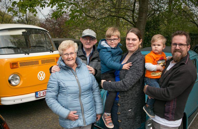 Christof Van Krinkelen uit Kemzeke, samen met zijn familie én hun geliefde VW-busje.
