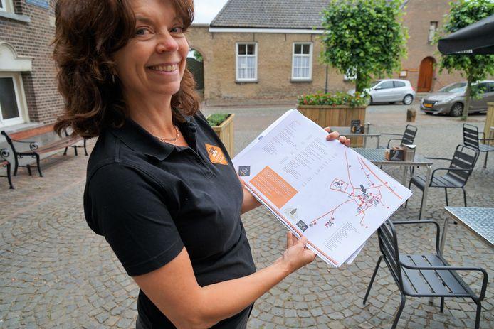 Bedrijfsleider Femke showt de nieuwe menukaart met plattegrond