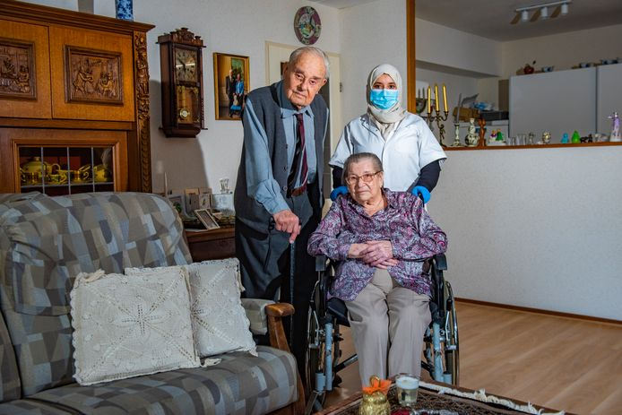 """Johan Willem (95) en Marja (94) de Kok zijn beroofd in hun flat in Delft. Al de zoveelste bewoners van de Aletta Jacobsstraat. ,,Gelukkig kwam onze hulp Mina toevallig langs."""""""