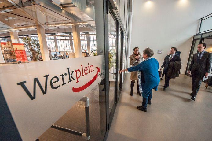 Het Werkplein Twente in Almelo, met links wethouder Arjen Maathuis, één van de voorvechters van de app.