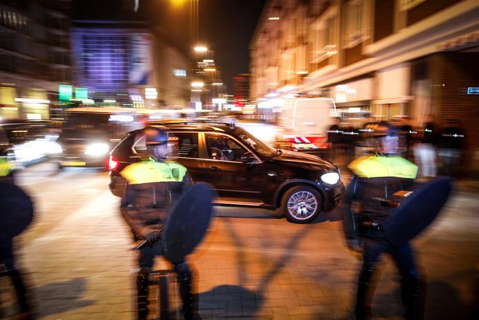 Auto's van de Politie Dienst Speciale Interventies (DSI) rijden richting de Schiedamse Vesthof waar de Turkse minister Fatma Betul Sayan Kaya van Familiezaken door de politie wordt tegengehouden