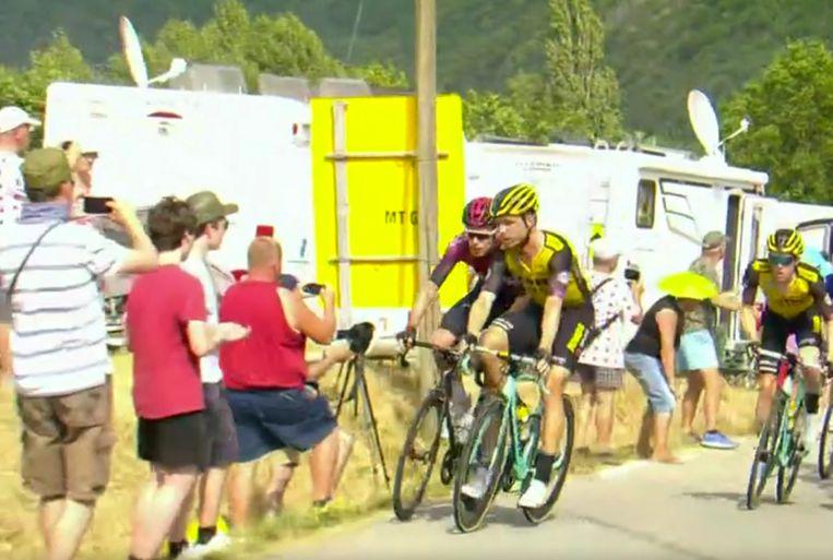 Tour de France  Tony Martin rijdt Rowe bijna in de kant.