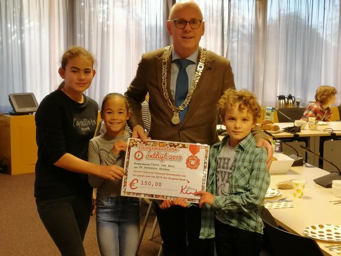 Burgemeester Van Eert betaalt voor Schoolontbijt met cheque voor stichting Het Vergeten Kind.