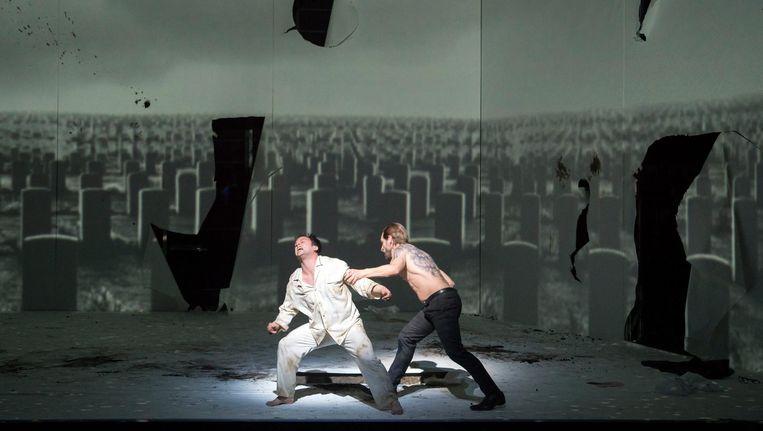 Paul Appleby als Tom Rakewell en Kyle Ketelsen als Nick Shadow in The Rake's Progress. Beeld Monika Rittershaus