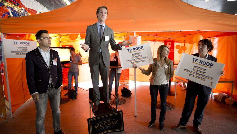 De jongerenorganisatie G500 voert actie voor de deur van het VVD-congres in Den Haag tegen de heilige huisjes van de partij. Beeld anp