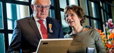 Jan Kamst neemt afscheid van Almelose woningstichting met twee onderscheidingen