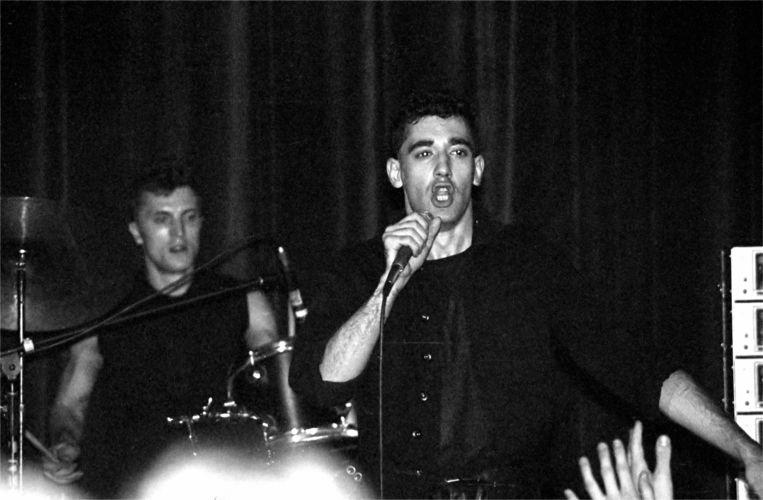 Gabi Delgado, rechts, tijdens een DAF-optreden in 1981. Beeld Wikimedia Commons