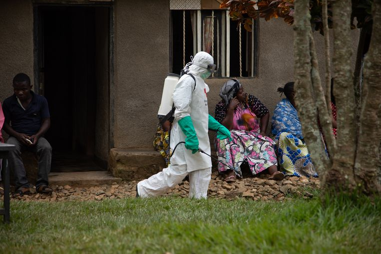 Een lid van de begraafploeg die afgaat op meldingen van mogelijke sterfgevallen door ebola in Congo.  Beeld EPA