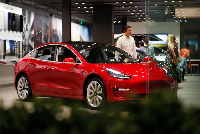 De Tesla Model 3 in de showroom in het Amerikaanse Denver.