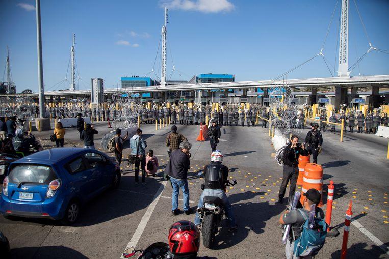 De Amerikaanse douane houdt een oefening bij de Mexicaanse grens, mocht die helemaal worden gesloten. Beeld EPA