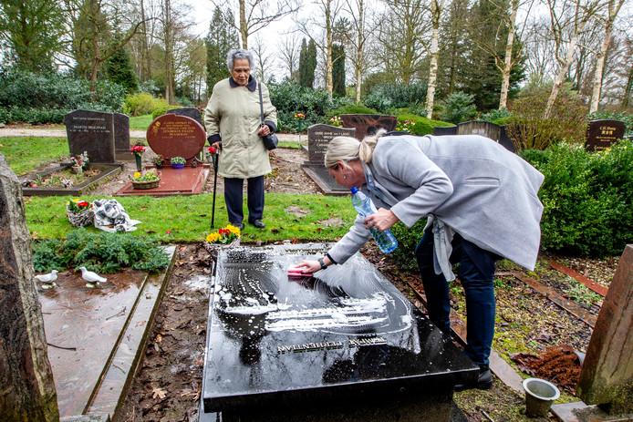 Guusje Litamahuputty met vrijwilligster Liane Smit-Kolkman die het graf schoonmaakt.