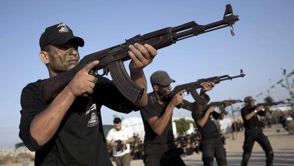 Palestijnse jongeren tijdens een trainingssessie in een militair kamp van Hamas.
