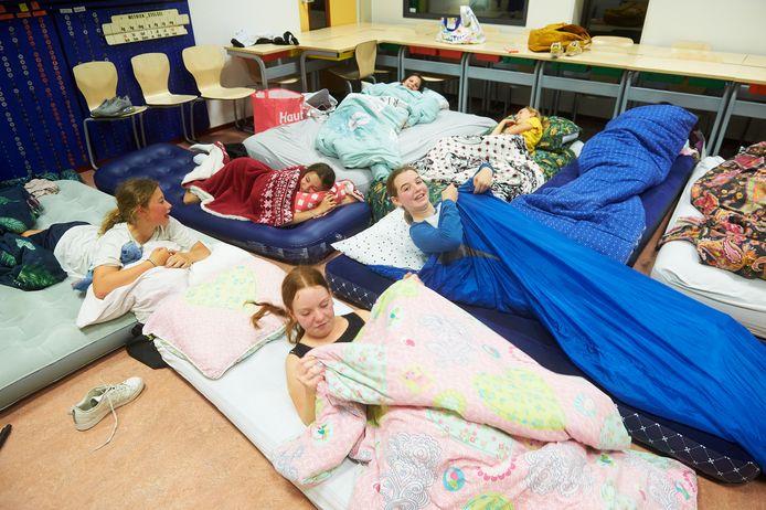 Kinderen gaan slapen na de disco op de Emmausschool te Heesch. Fotograaf: Van Assendelft/Jeroen Appels