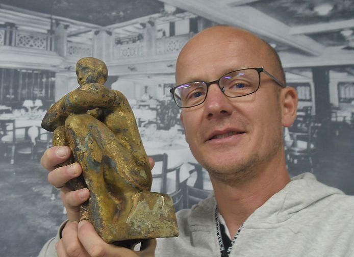 Leon Joosse met zijn opgedoken beeldje
