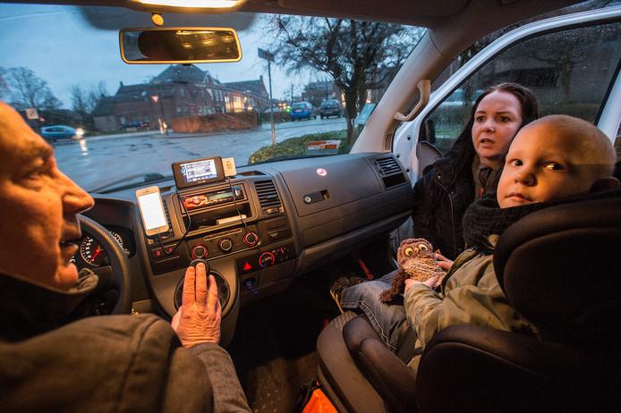 De 5-jarige Jari en zijn moeder. Jari wordt elke ochtend in Raamsdonksveer opgehaald voor een rit naar Waalwijk, waar hij een orthopedagogisch kindcentrum bezoekt.