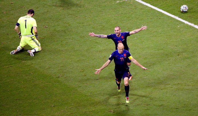 Arjen Robben en Wesley Sneijder laten Iker Casillas in wanhoop achter tijdens Nederland-Spanje in 2014.