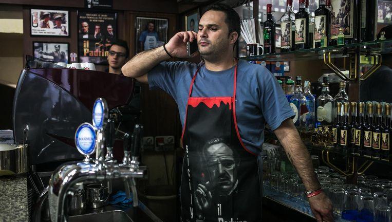 Een barkeeper met een Godfather-schort. Beeld null