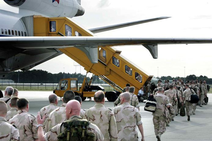 Nederlandse militairen op vliegveld Eindhoven