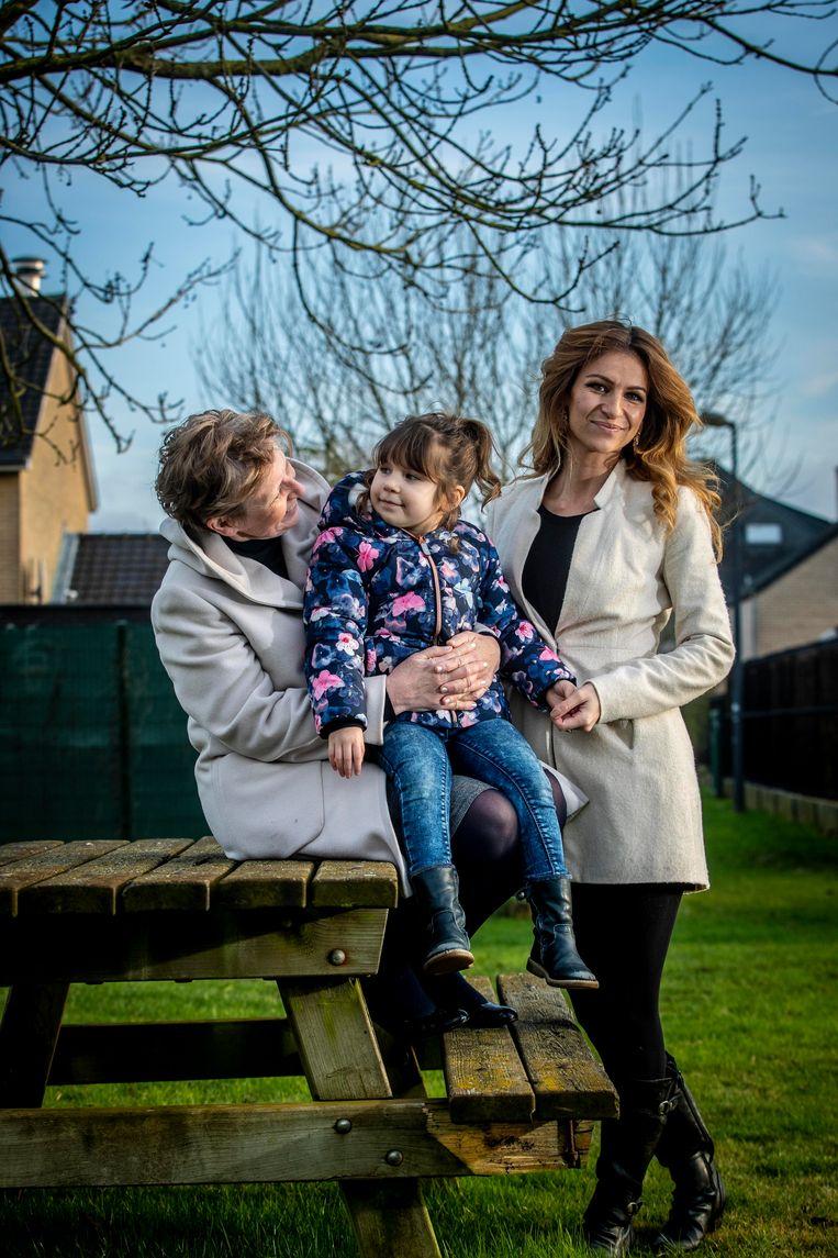 Lydia (links), de vrouw van Jan Boskamp die anoniem wil blijven, met haar kleindochter en dochter.