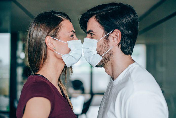 Illustration. Les scientifiques de l'Université de Harvard recommandent aux citoyens de porter le masque pendant les rapports sexuels.