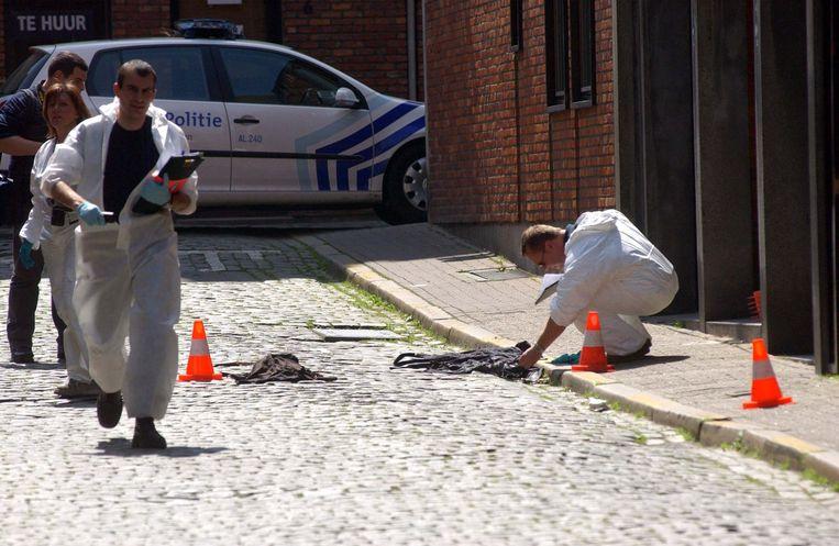 Het labo voert een sporenonderzoek uit aan de Grote Koraalberg, waar een agent Hans Van Themsche even daarvoor neerschoot.