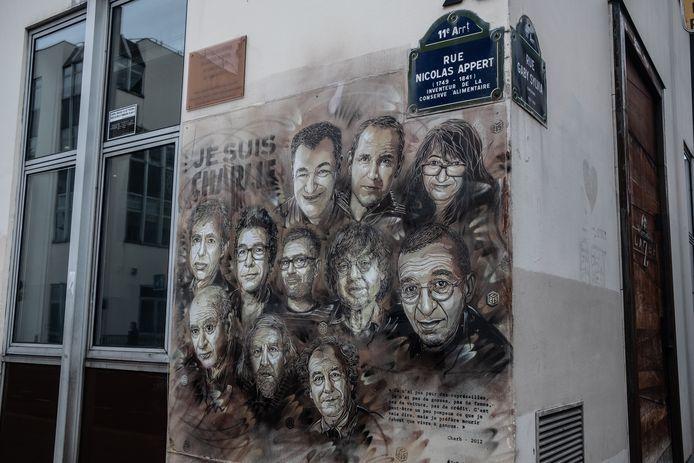Een muurschildering op het voormalige hoofdkantoor van Charlie Hebdo met portretten van omgekomen redacteuren.