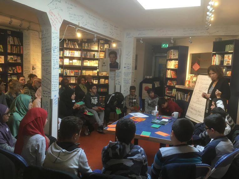 Sabine Wassenberg filosofeert in de boekhandel met een klas uit Bos en Lommer. Beeld De Nieuwe Boekhandel