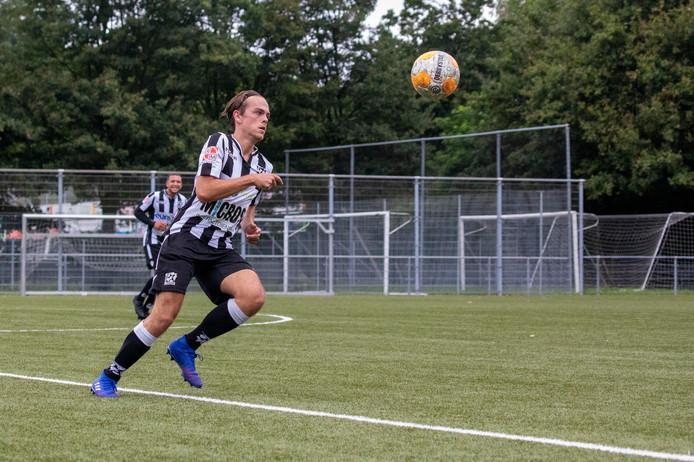 Alexander Deetman in actie voor zijn nieuwe club Zwaluwen.