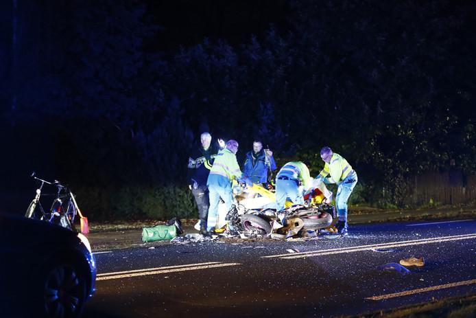 Ambulancepersoneel handelde zo snel mogelijk om de gewonde motorrijder te kunnen afvoeren.