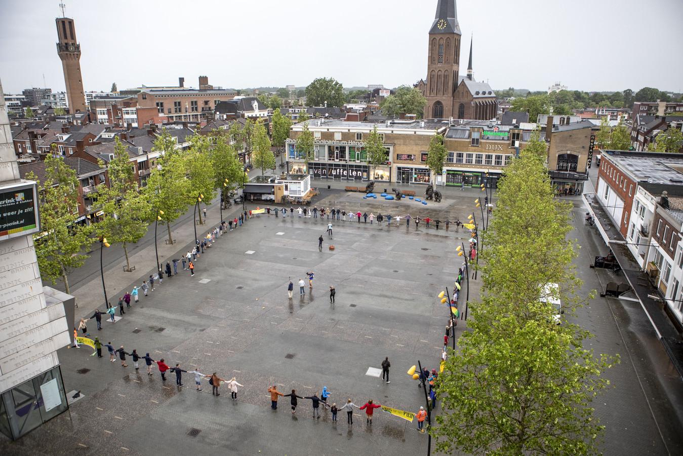Archieffoto: mensen maken een keten op het marktplein om te symboliseren hoe groot het nieuwe gebouw De Hijschkamer zou worden.