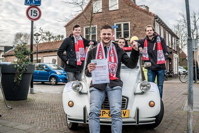 Neal Ruiterman wil meer woningen voor starters in Den Hoorn. Buiten Achter Neal staan Daan van Raamt, Brian Ruiterman en Tom van Dijk.