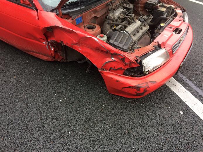 De auto is flink beschadigd geraakt bij de botsing.