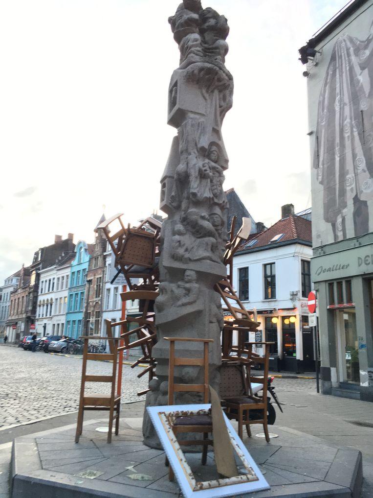 Een stapel stoelen tegen de Totem,  maar ook een gebroken kader.