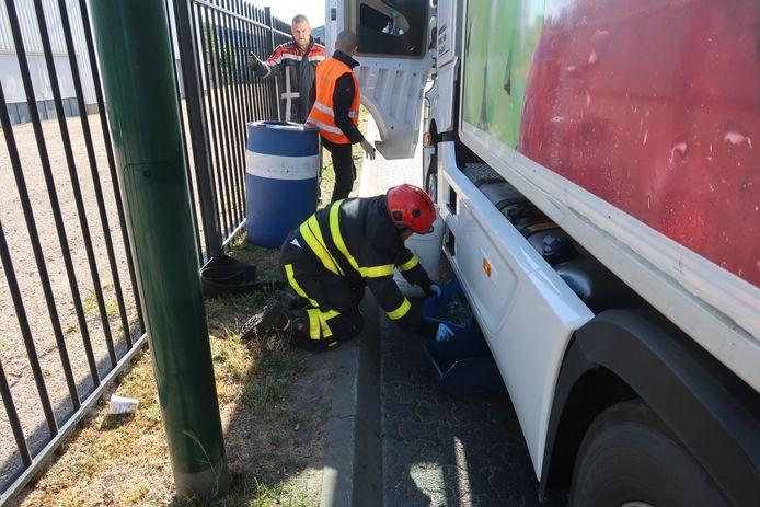 Conductor de camión conduce fuga de tanque de diesel en bloque de concreto