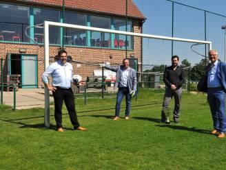 Aannemer legt nieuwe kunstgrasvelden aan in Sint-Pieters-Leeuw
