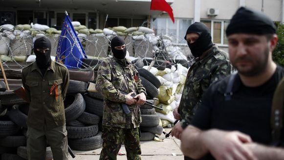 Pro-Russische separatisten voor het stadhuis in Marioepol, dat nu in handen is van Oekraïense troepen.