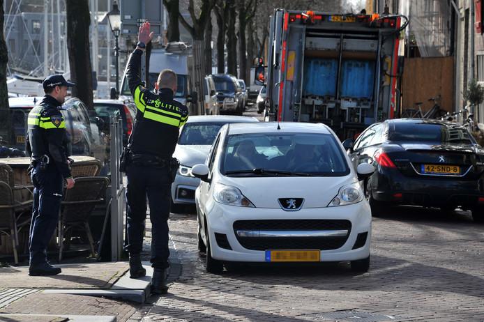 De politie hield gisteren een controle op de Nieuwe Haven en gaf mensen die te hard reden een waarschuwing.