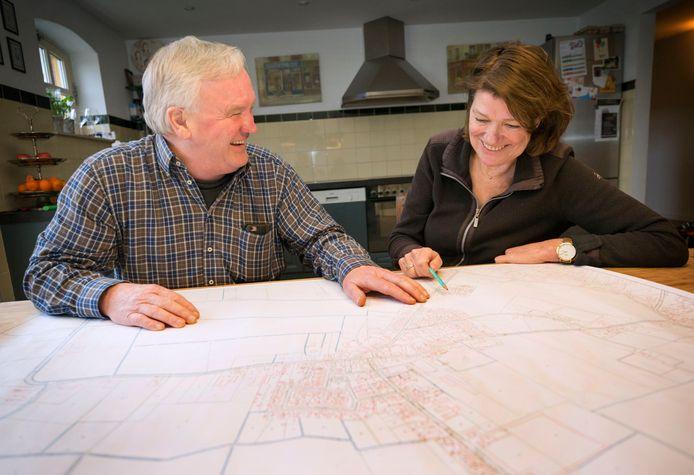 Marja van der Stap en Piet Boemaars van de werkgroep Zorg voor zorg ijveren al zes jaar voor een ouderenzorgcomplex in Molenschot. Het lijkt er op dat er nu toch een komt.