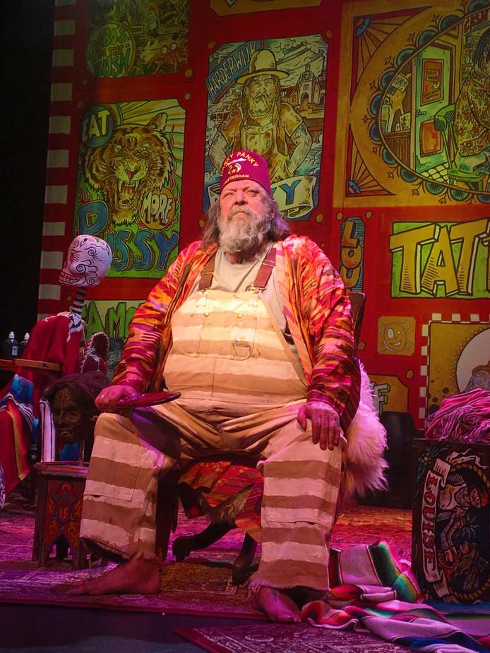 Henk Schiffmacher tijdens zijn theatershow