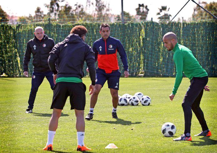 Giovanni van Bronckhorst laat Karim El Ahmadi en Tonny Vilhena niet ongemoeid.