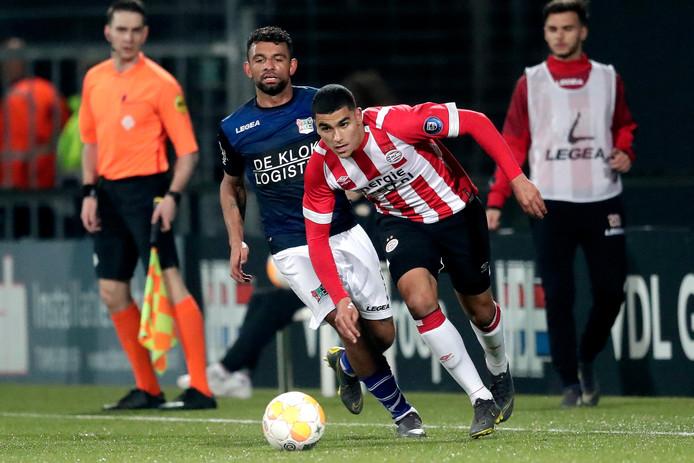 Zakaria Aboukhlal (PSV) schudt een speler van NEC af.