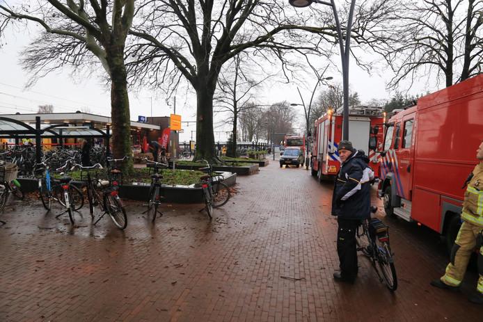 Veel hulpdiensten bij het station in Deurne.