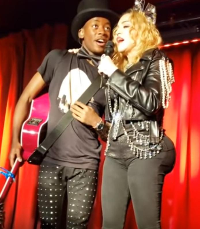 Madonna en haar zoon David tijdens het optreden in New York, waarbij haar billen flink leken te zijn gegroeid.