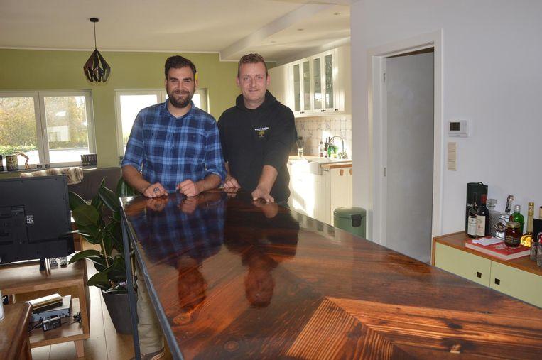 Maxim en Pieter-Jan bij een tafel gemaakt van Oostenrijks stalhout en giethars. Prijs: tussen de 600 en 700 euro.
