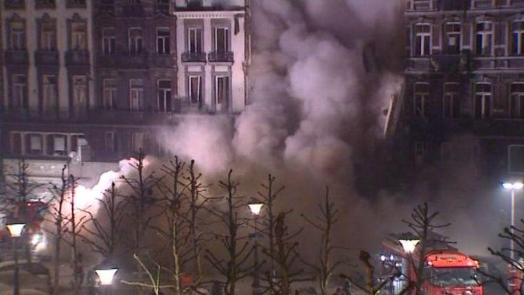 Kort na de explosie storten ook de gevels van de twee rijhuizen in.