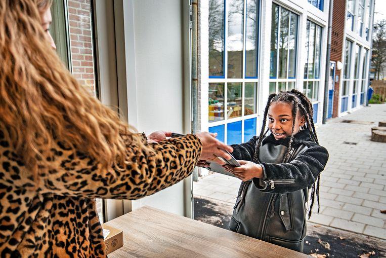 Een meisje op basisschool Louis Bouwmeester is blij met haar leenlaptop. Beeld Guus Dubbelman / de Volkskrant