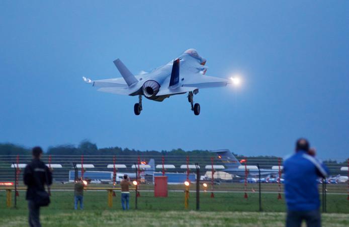 De F35 landde donderdagavond op vliegbasis Volkel.