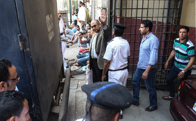 Mensenrechtenadvocaat Khaled Ali wuift als hij een politiebureau in Cairo verlaat, mei 2017. Hij was op borgtocht vrijgelaten.  Beeld AFP