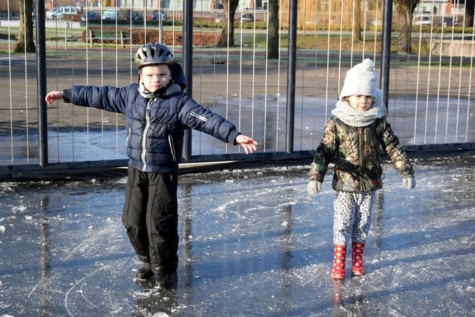 De schaatsbaan in Etten-Leur is mislukt, maar de kinderen beleven er toch volop pret aan.